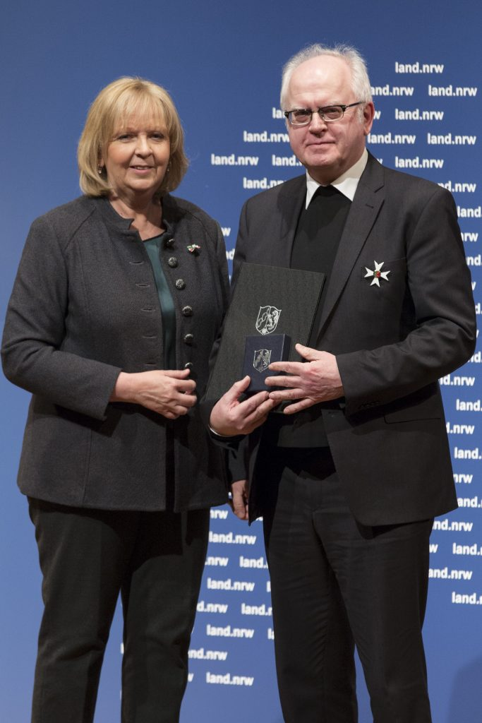 NRW-Ministerpräsidentin Hannelore Kraft mit Professor Dr. Josef Meyer zu Schlochtern bei der feierlichen Auszeichnung im Museum Kunstpalast in Düsseldorf.   Foto: Land NRW / R. Sondermann